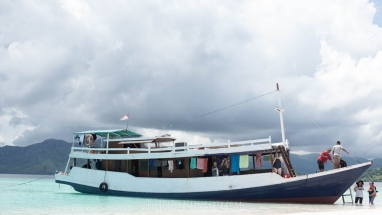 Open Trip Sailing Komodo Boat with AC Cabin - Side
